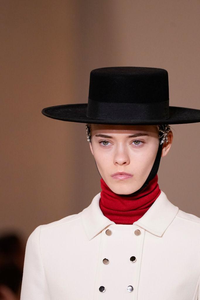 Look cappello con cinturino