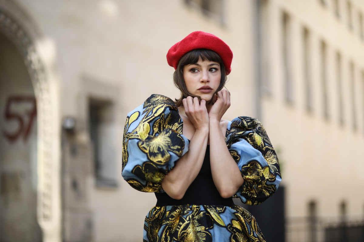 Donna con un cappello alla francese rosso