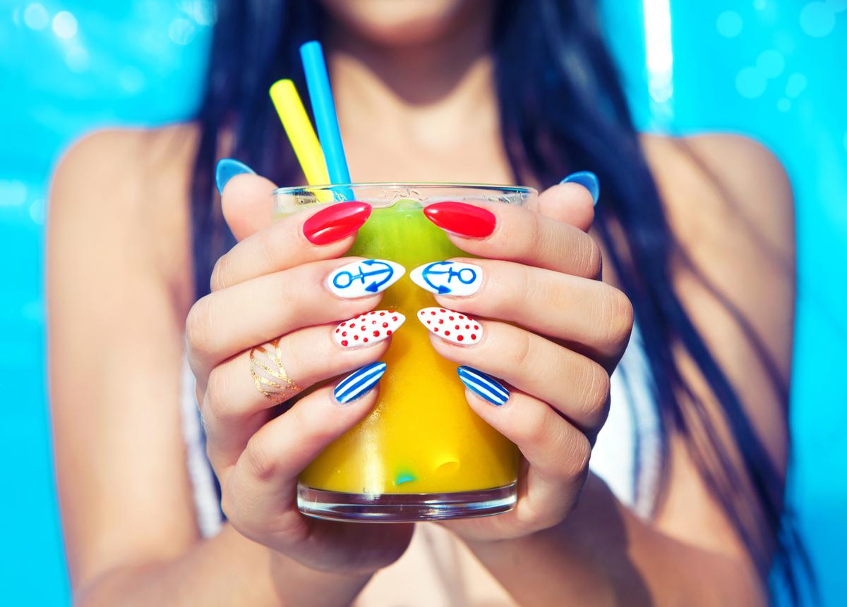 Mani con nail art estiva