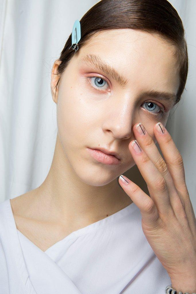 Nail art minimal con linee verticali unghie gel 2018
