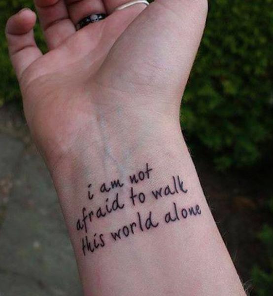Frase breve tatuata sul polso