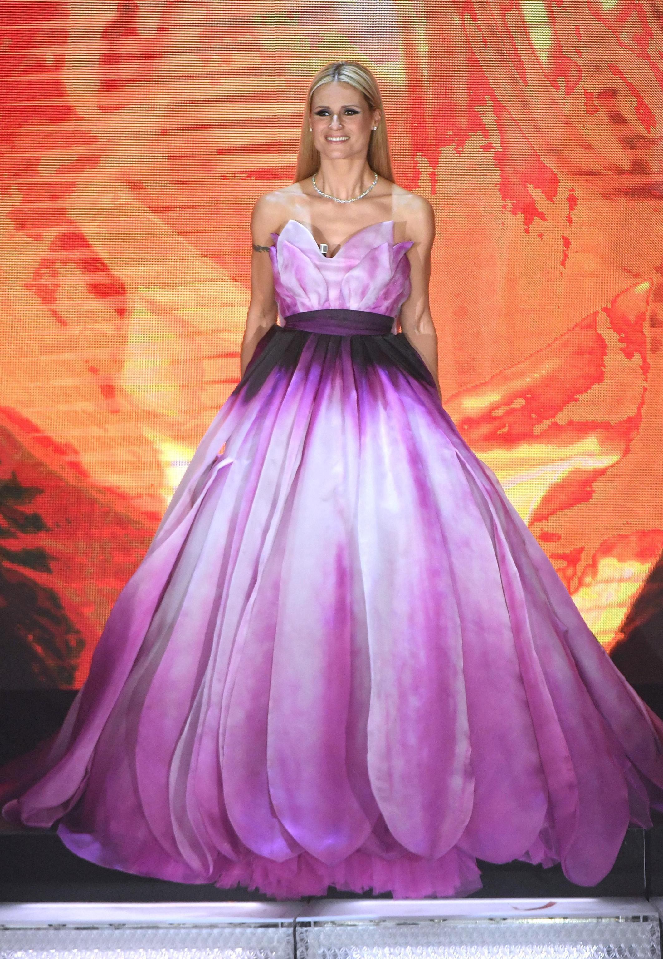 Michelle Hunziker con abito a tema floreale Moschino
