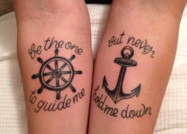 Tatuaggio di coppia timone e ancora con scritte