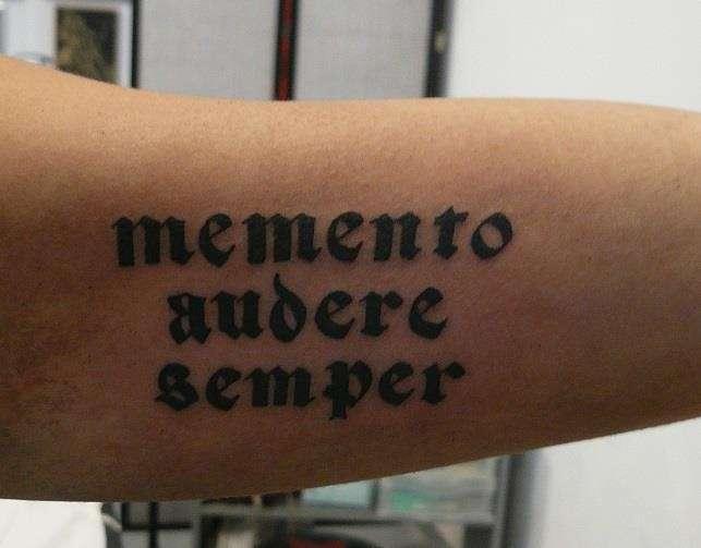 tatuaggio frase breve uomo