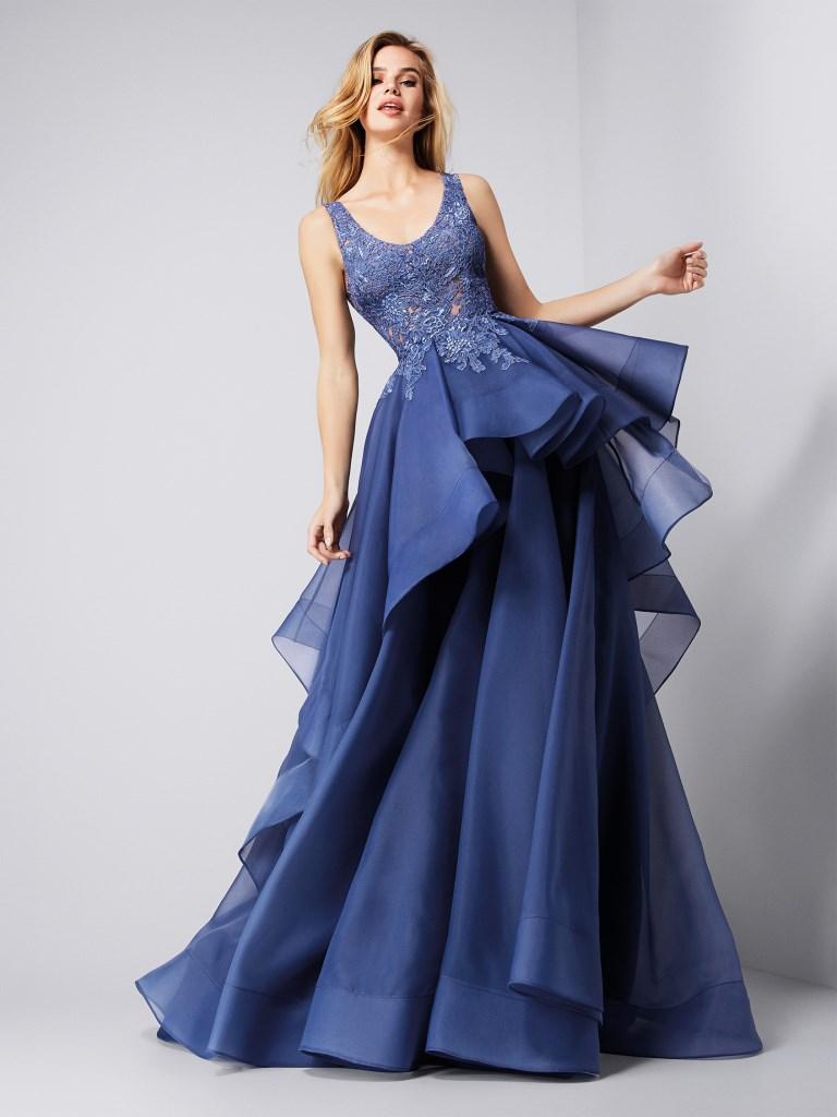 00a7fae91c0a Abiti da cerimonia lunghi Pronovias  i modelli eleganti per l invitata.  Vestito blu ampio