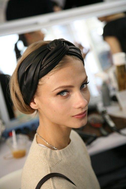 capelli medi raccolti fascia