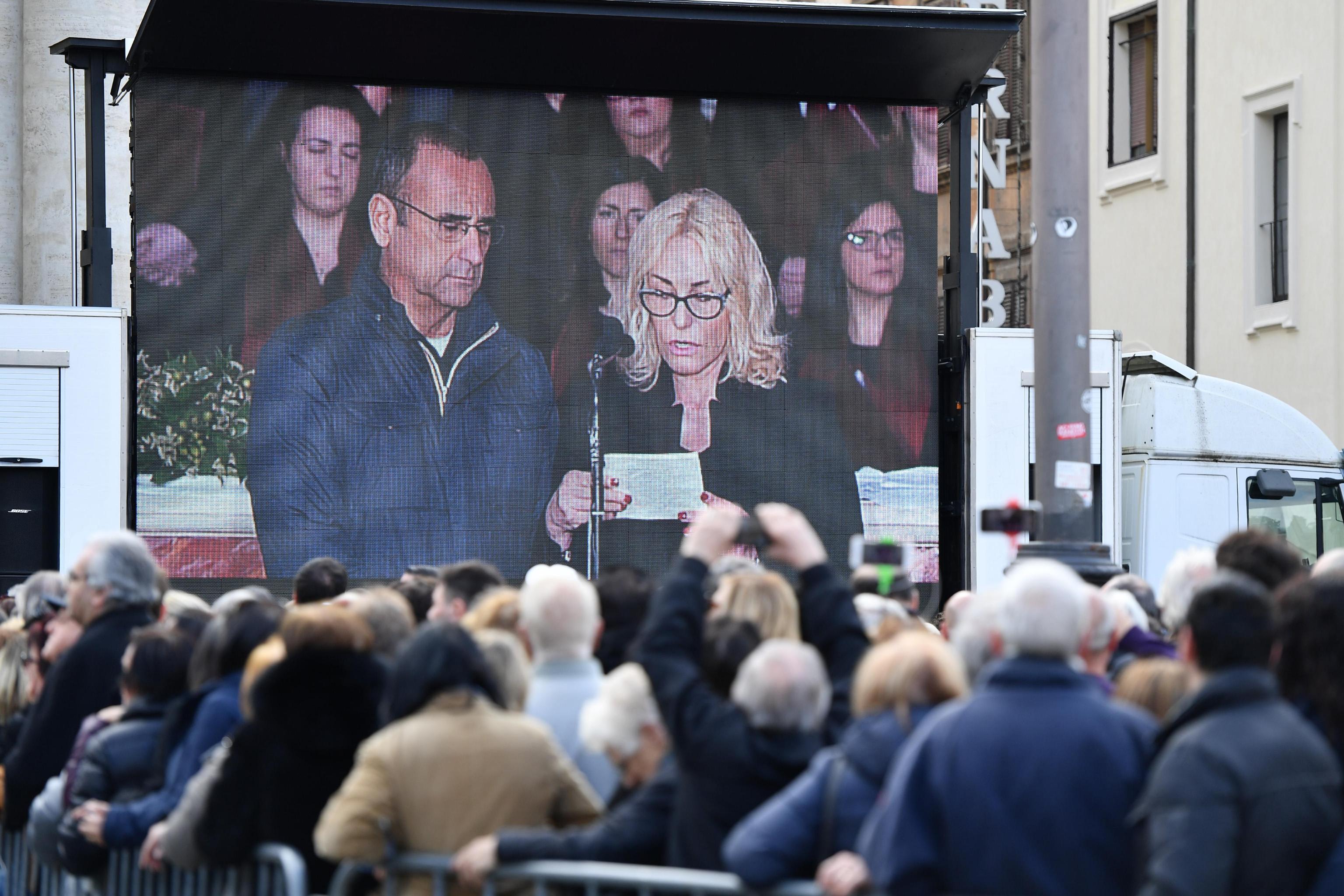 La dedica di Carlo Conti e Antonella Clerici al funerale di Frizzi