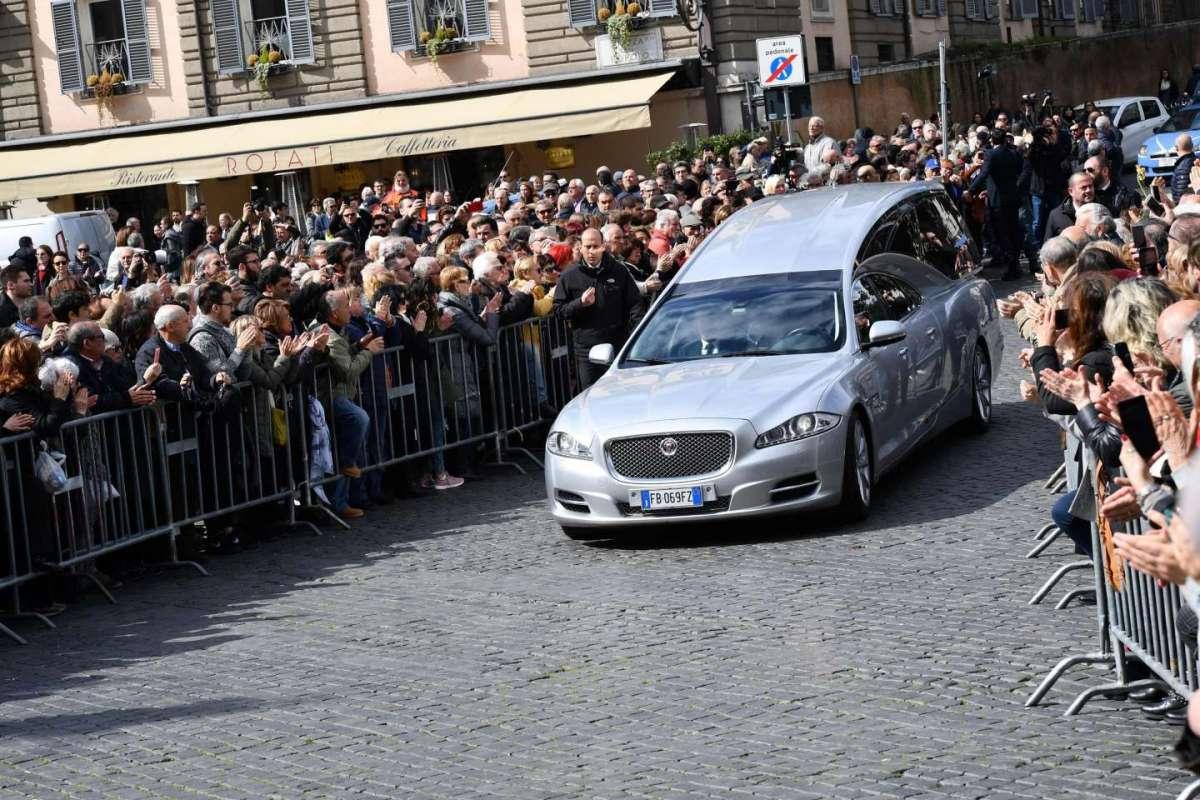 Fabrizio Frizzi, la commozione dei colleghi al funerale