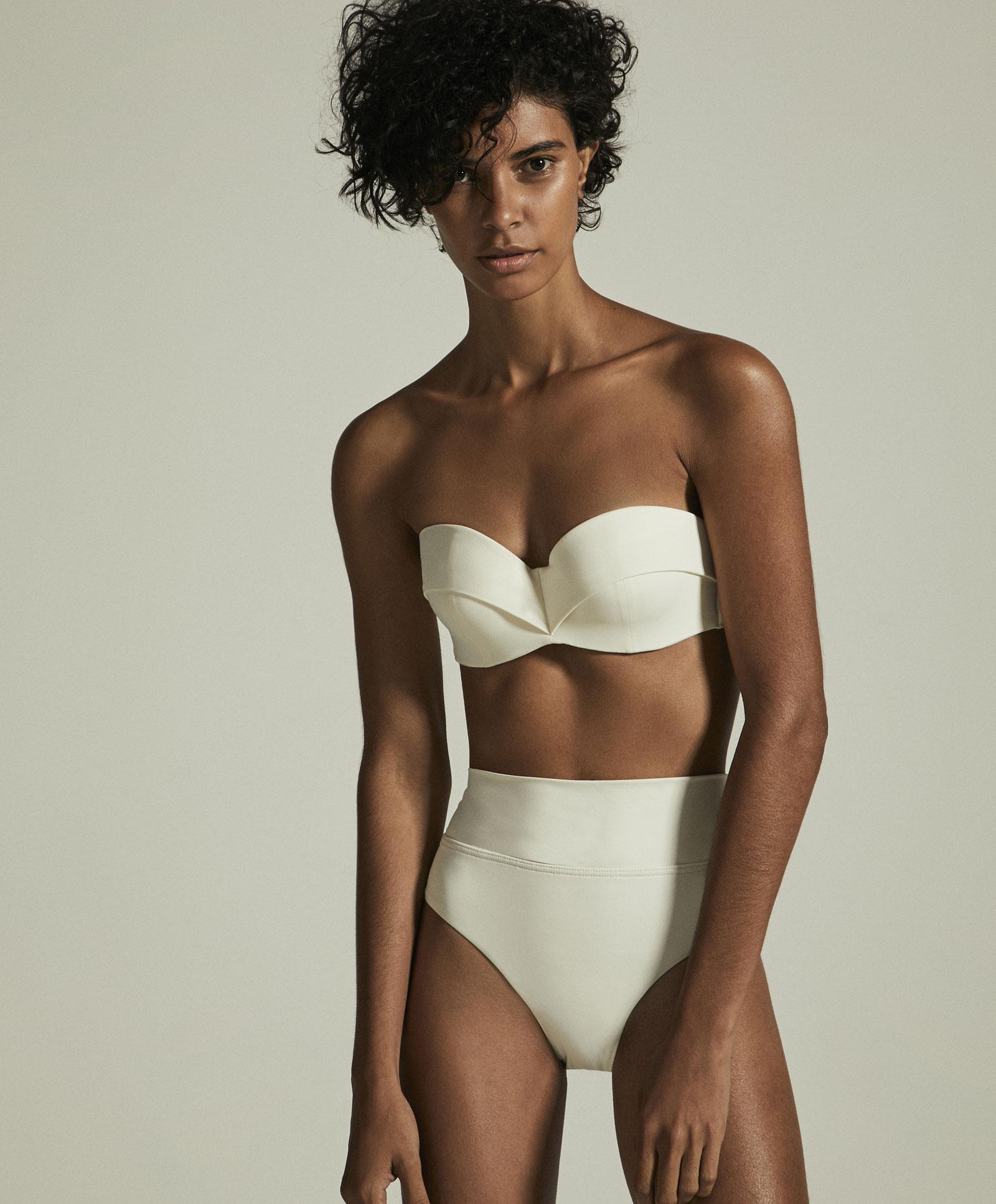 Costume bianco Oysho a vita alta con fascia a 22,99 euro e slip a 14,99 euro