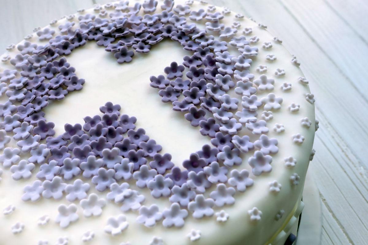 Torta cresima con viole croce