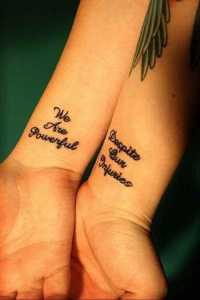 Frase tatuata sull'amicizia interno polso