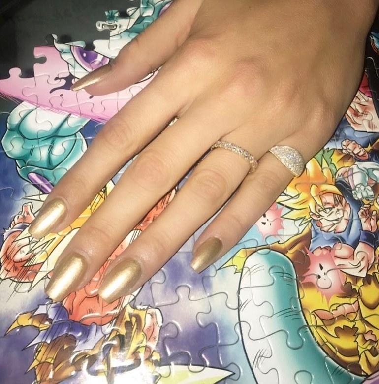 Le unghie oro di Bella Hadid
