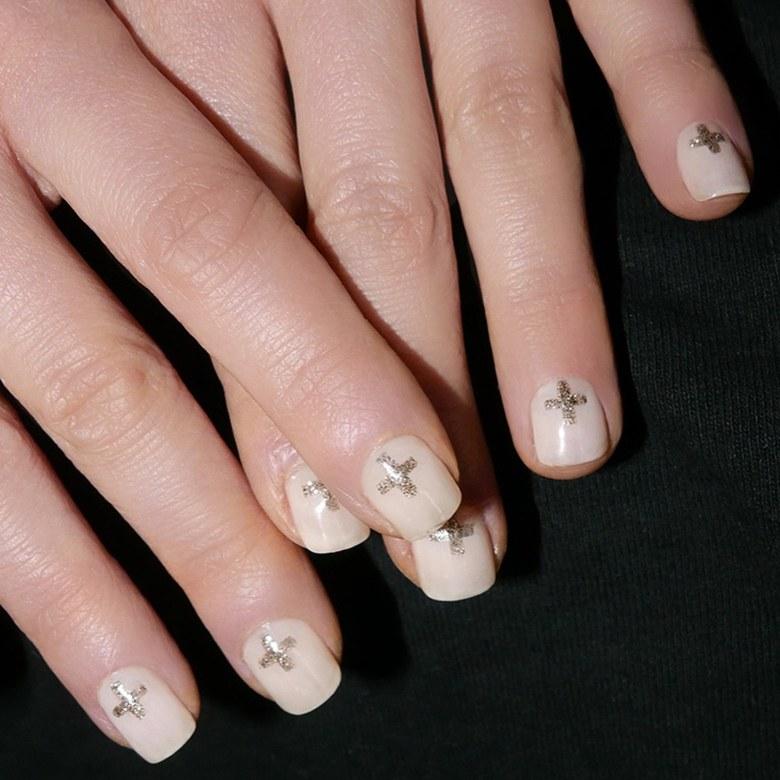 Unghie con nail art a croce Emilia Clarke