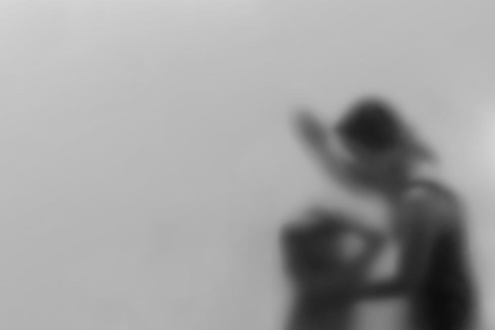 mamma lancia bambina dal balcone