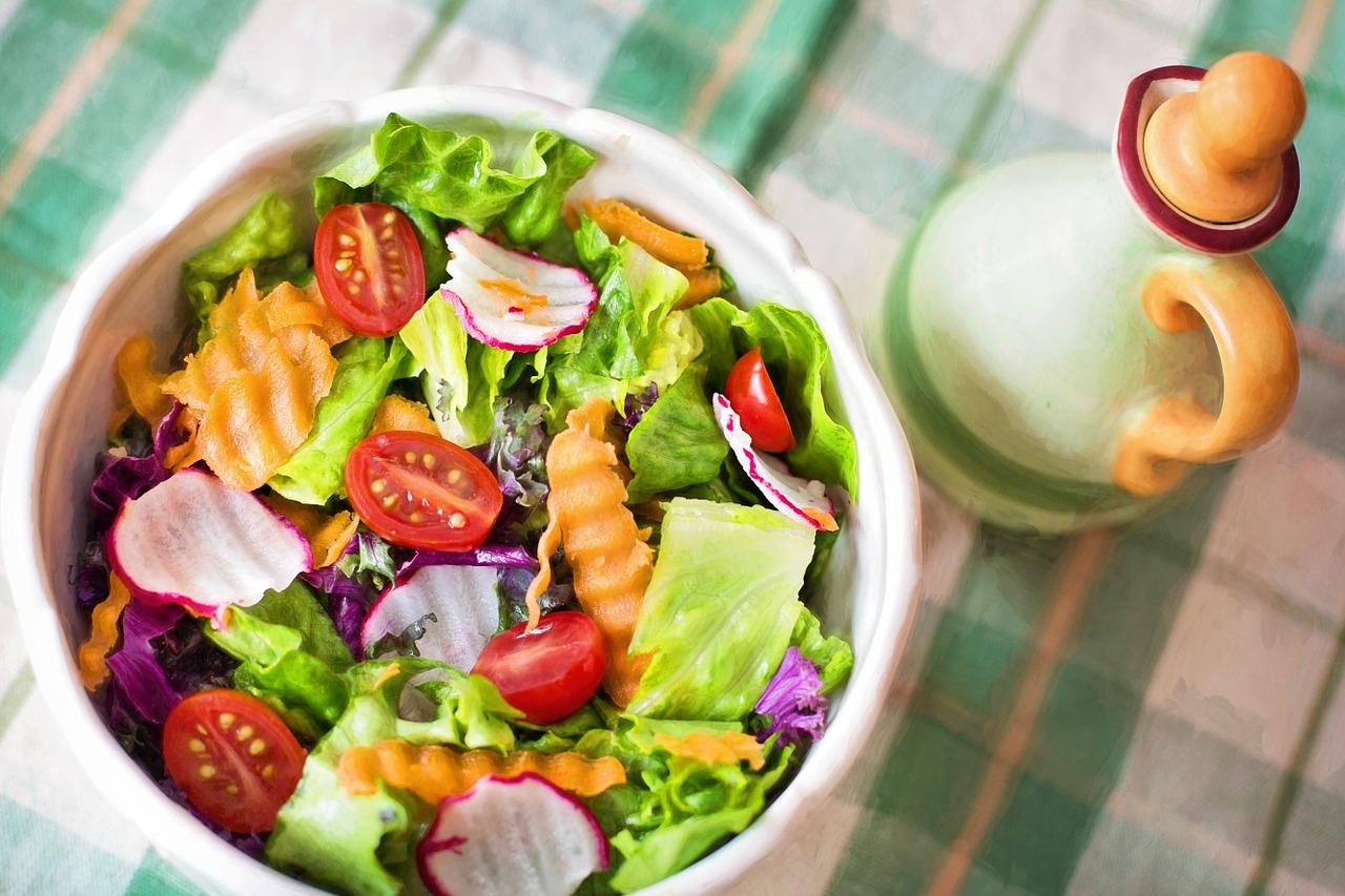 mangia insalata prima di pranzo