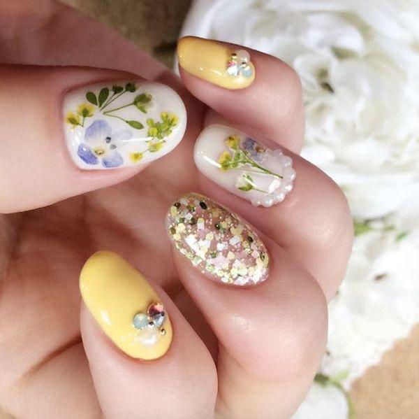 unghie fiori secchi con perline