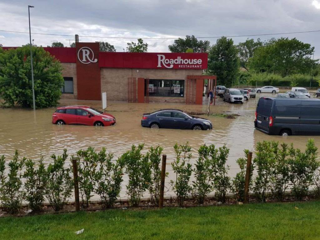 Maltempo: bomba d'acqua su Ancona, decine auto bloccate