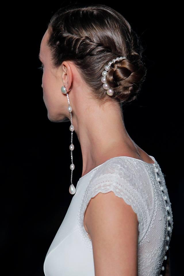 Chignon con perle e intrecci, sfilata Rosa Clarà 2019 fb
