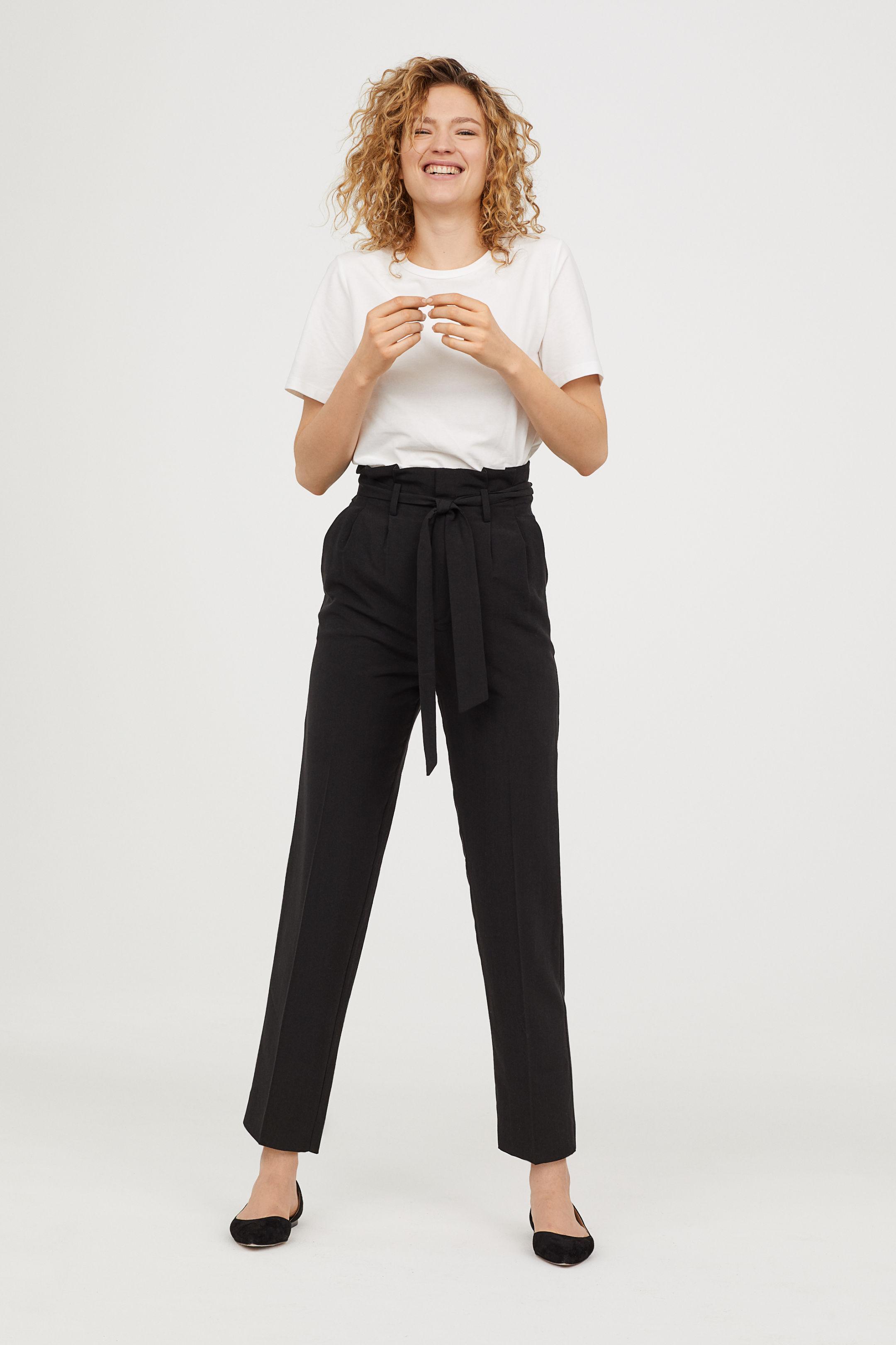 Look con pantaloni neri a vita alta H&M