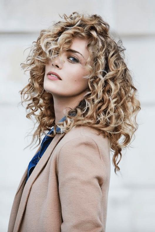 capelli ricci lunghi scalati