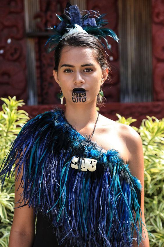 Tatuaggio maori donna mento