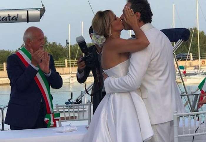 Claudio Santamaria e Francesca Barra si sono sposati di nuovo: le nozze in spiaggia
