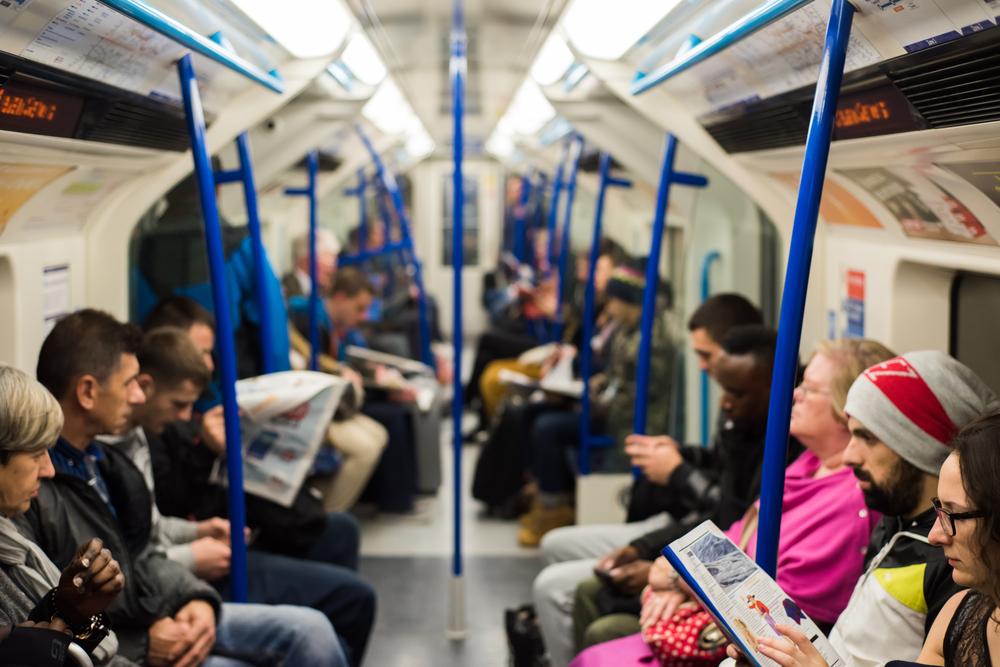 Si finge incinta per vedere chi le lascia il posto in metro, ma l'esperimento sociale fallisce
