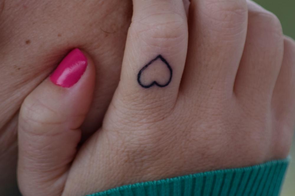 piccolo cuore tatuaggio sulle dita