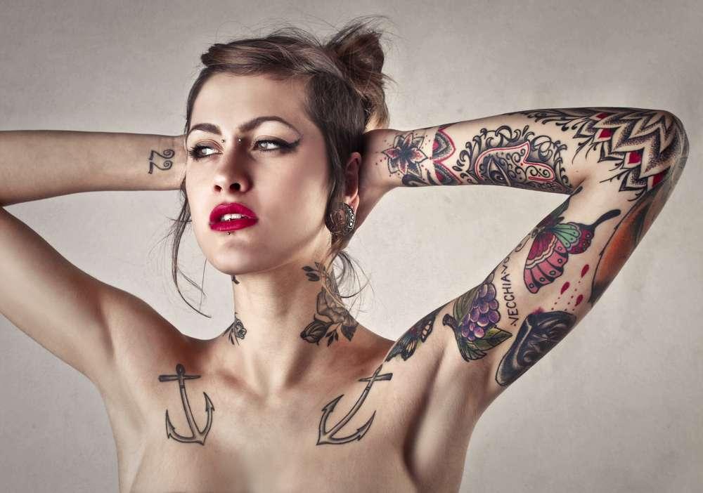 Tatuaggi femminili: le frasi più profonde e i disegni da copiare