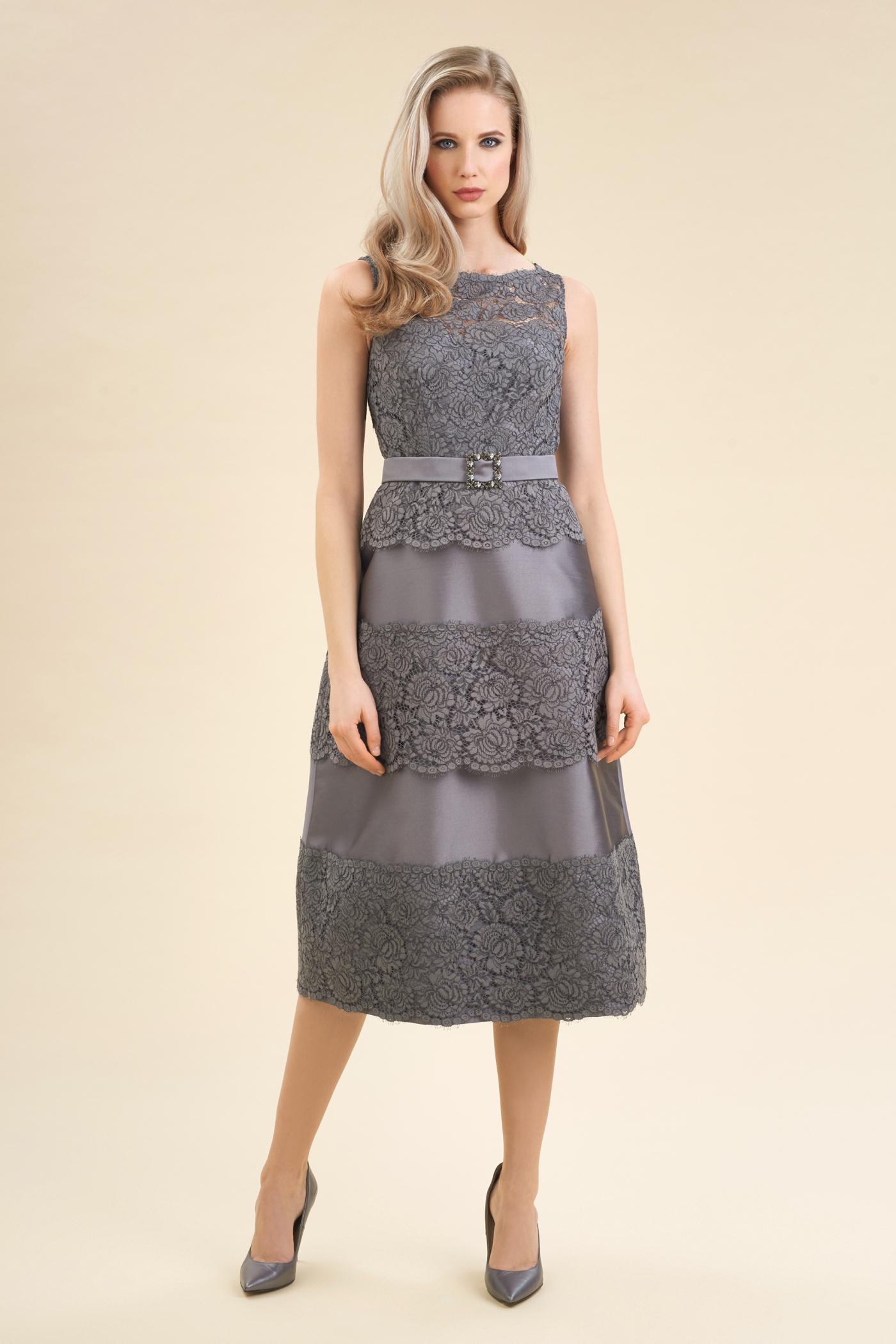 ... gli abiti da cerimonia dalla collezione 2018-2019. Vestito elegante da  sera Luisa Spagnoli in pizzo e mikado a 620 euro c62efa0c82c