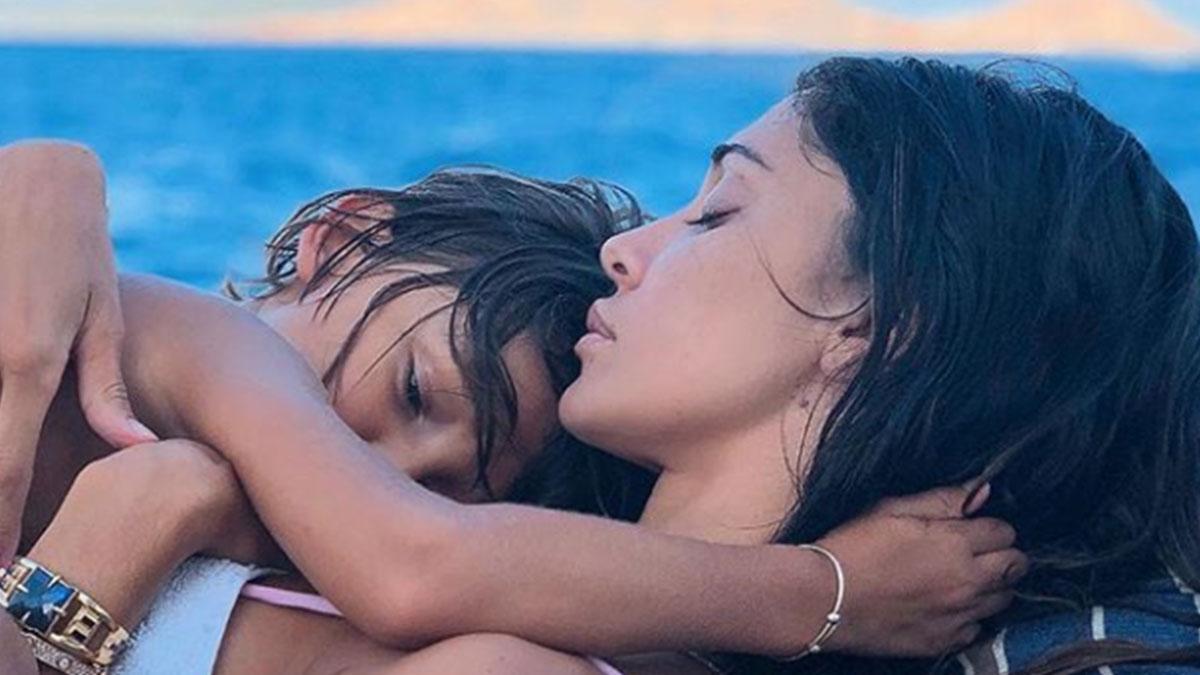 Haters contro Belen: 'Santiago sembra Gianna Nannini'