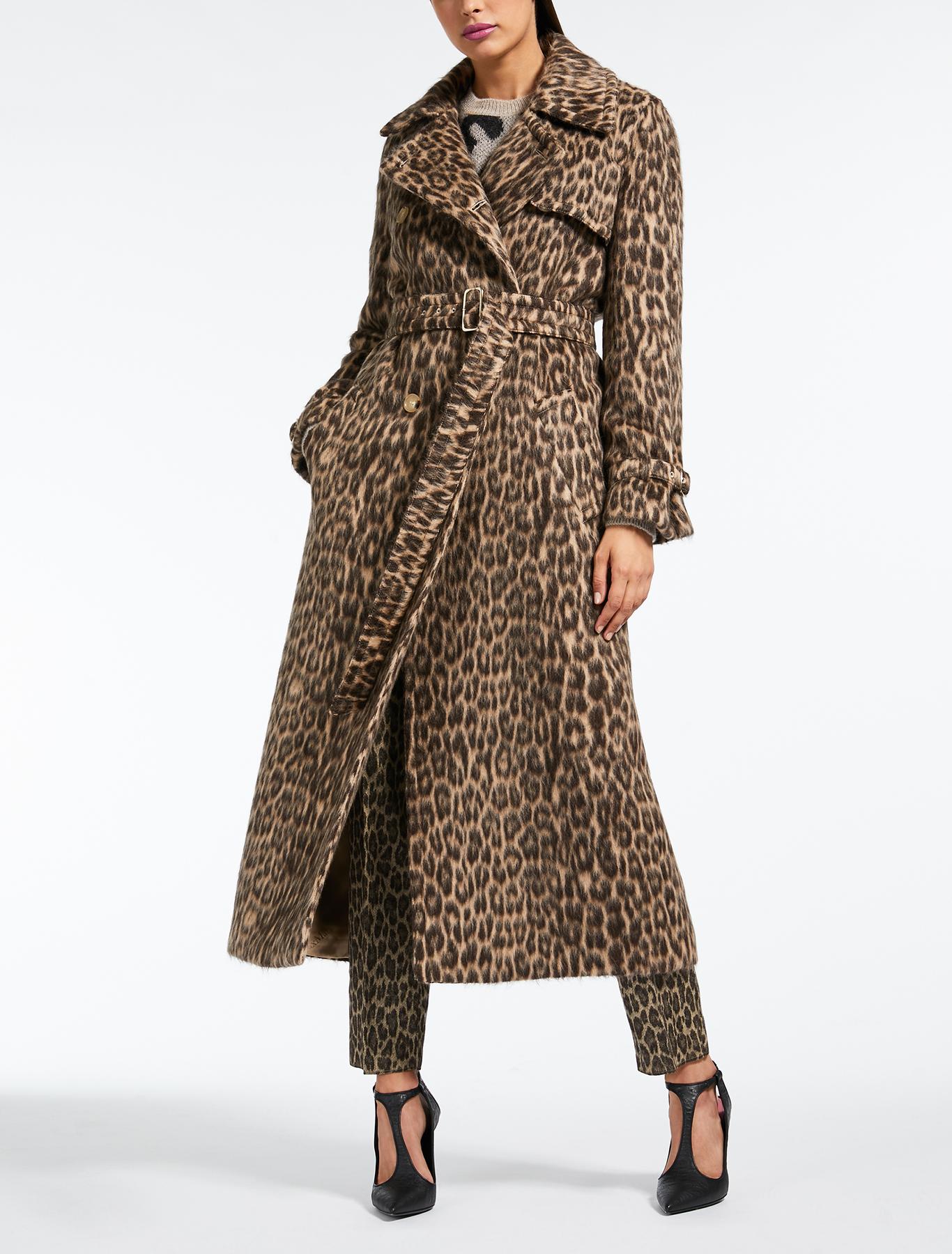 Cappotto lungo animalier Max Mara in lana e alpaca a 1600 euro. Fonte foto  Max  Mara.com 0ef99cc30ea