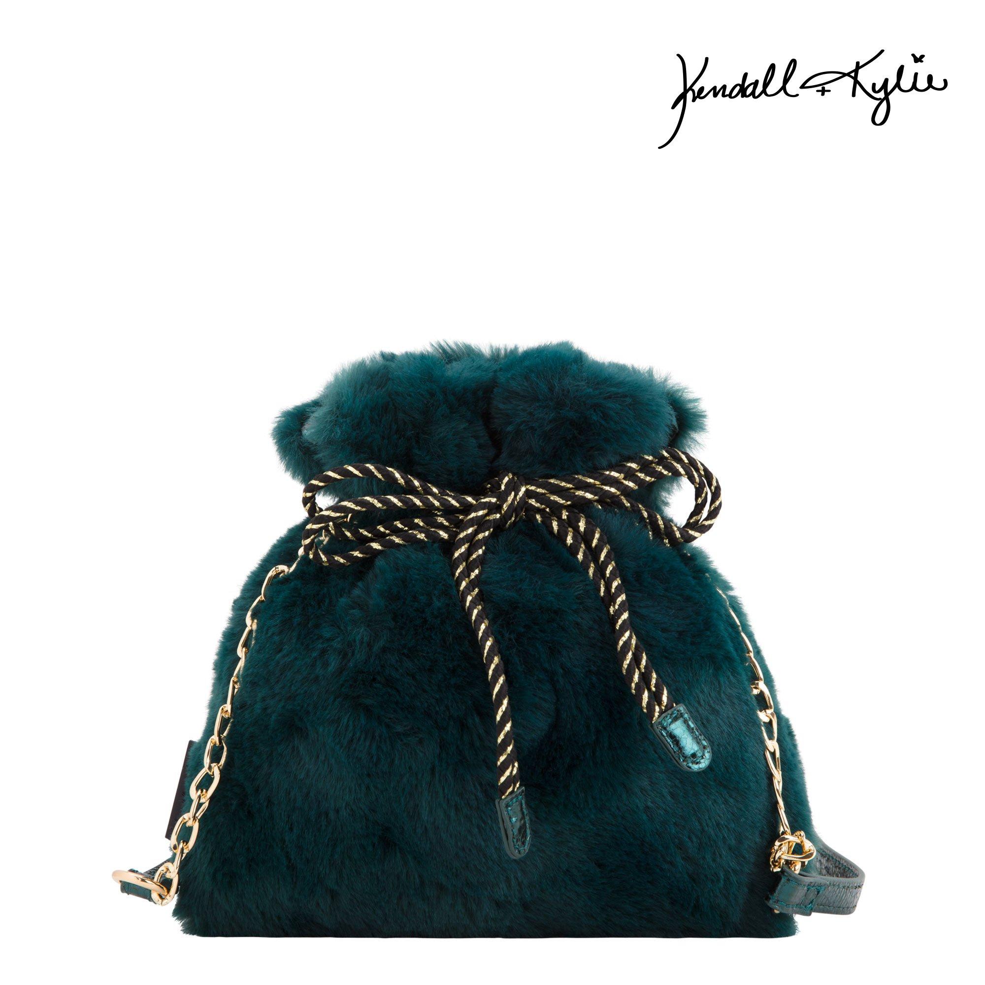 Borsa a secchiello effetto pelliccia Kendall + Kylie for Carpisa a 29,95 euro inverno 2019