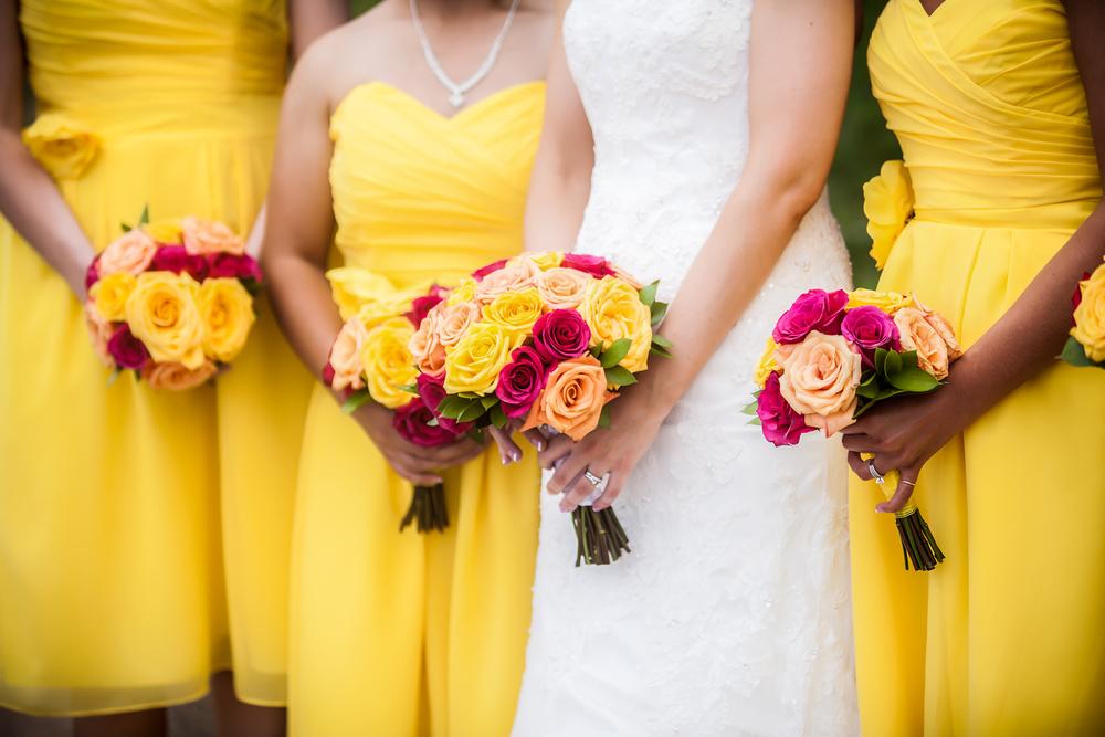 Sposa con damigelle vestite di giallo