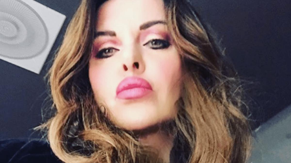 Alba Parietti si confessa: dal bullismo al disturbo bipolare della mamma