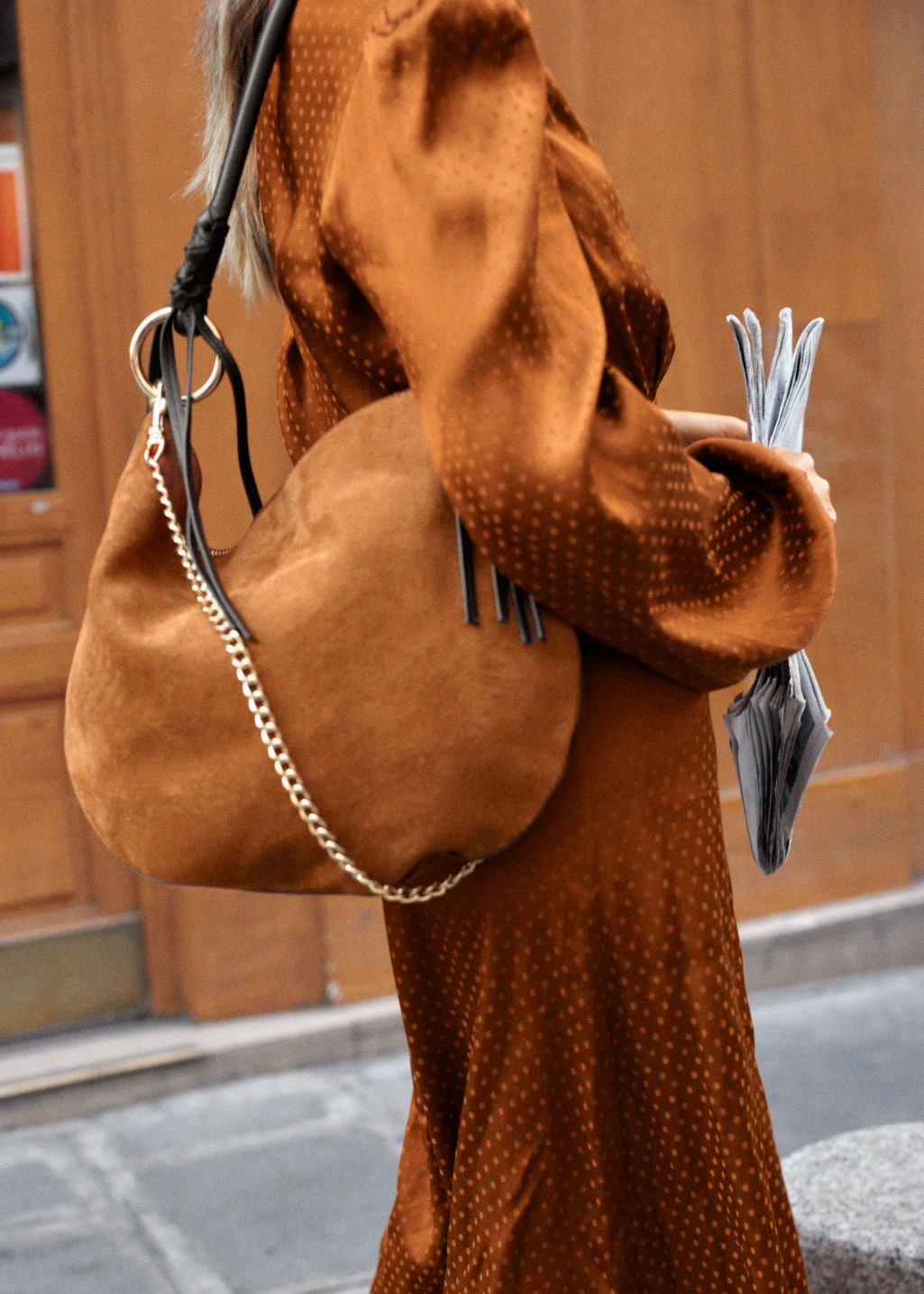 Borsa a spalla in camoscio beige And Other Stories a 179 euro