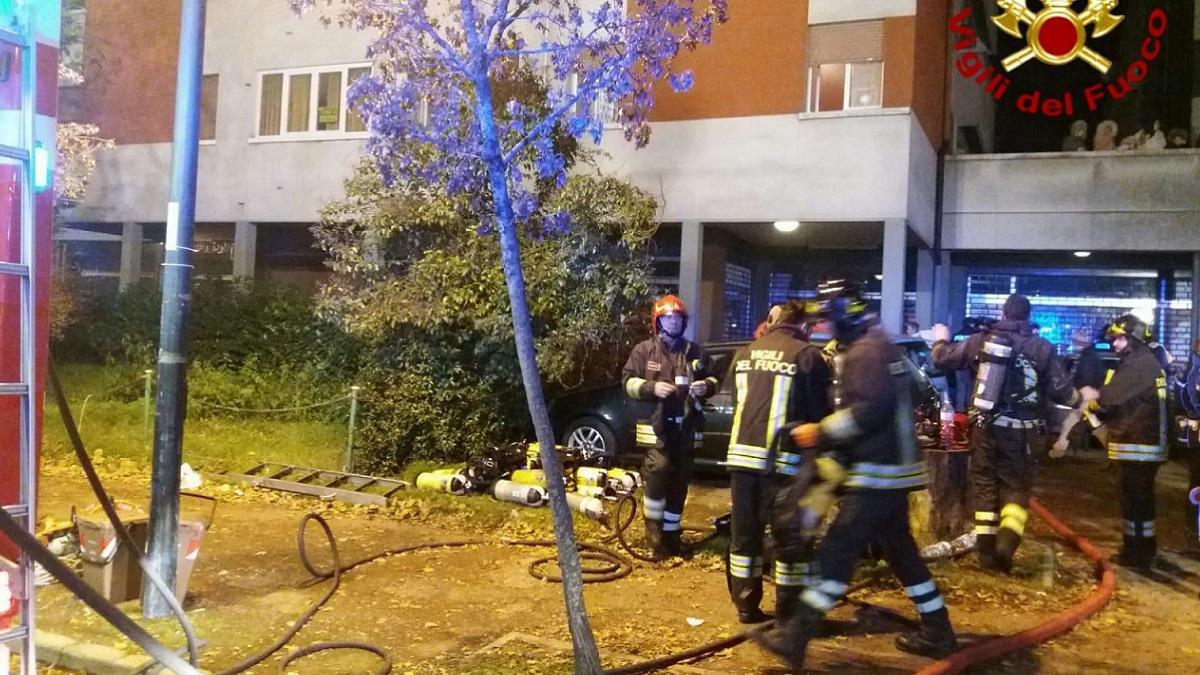 Palazzo in fiamme a Reggio Emilia: due morti, decine di intossicati. Gravissime due bambine