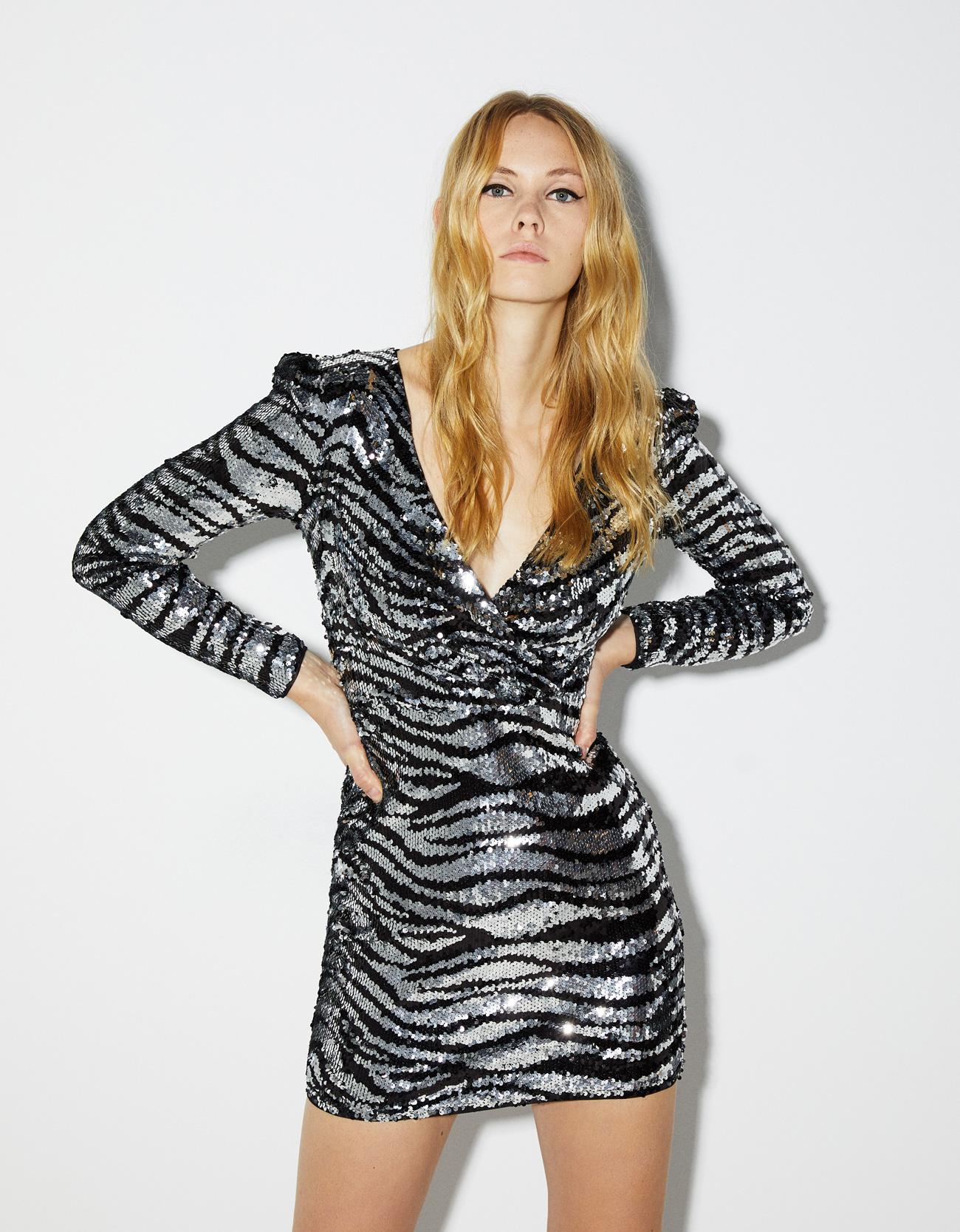 Vestito glitter animalier Bershka al prezzo di 45,99 euro
