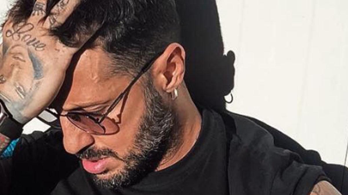 Fabrizio Corona aggredito a Milano: foto in barella sui social