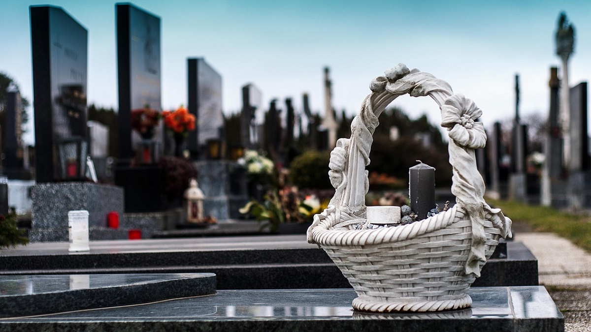 Furto in cimitero: rubato giocattolo dalla tomba di una bambina