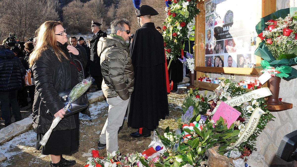 Tragedia di Rigopiano: il padre di Stefano multato per aver portato i fiori sulla tomba del figlio