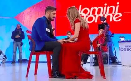 Uomini e Donne: Sossio e la proposta di matrimonio a Ursula in diretta tv