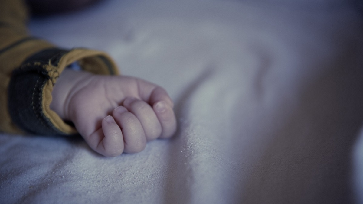 Getta l'acqua in faccia alla figlia di 9 mesi mentre dorme: incastrata da un video