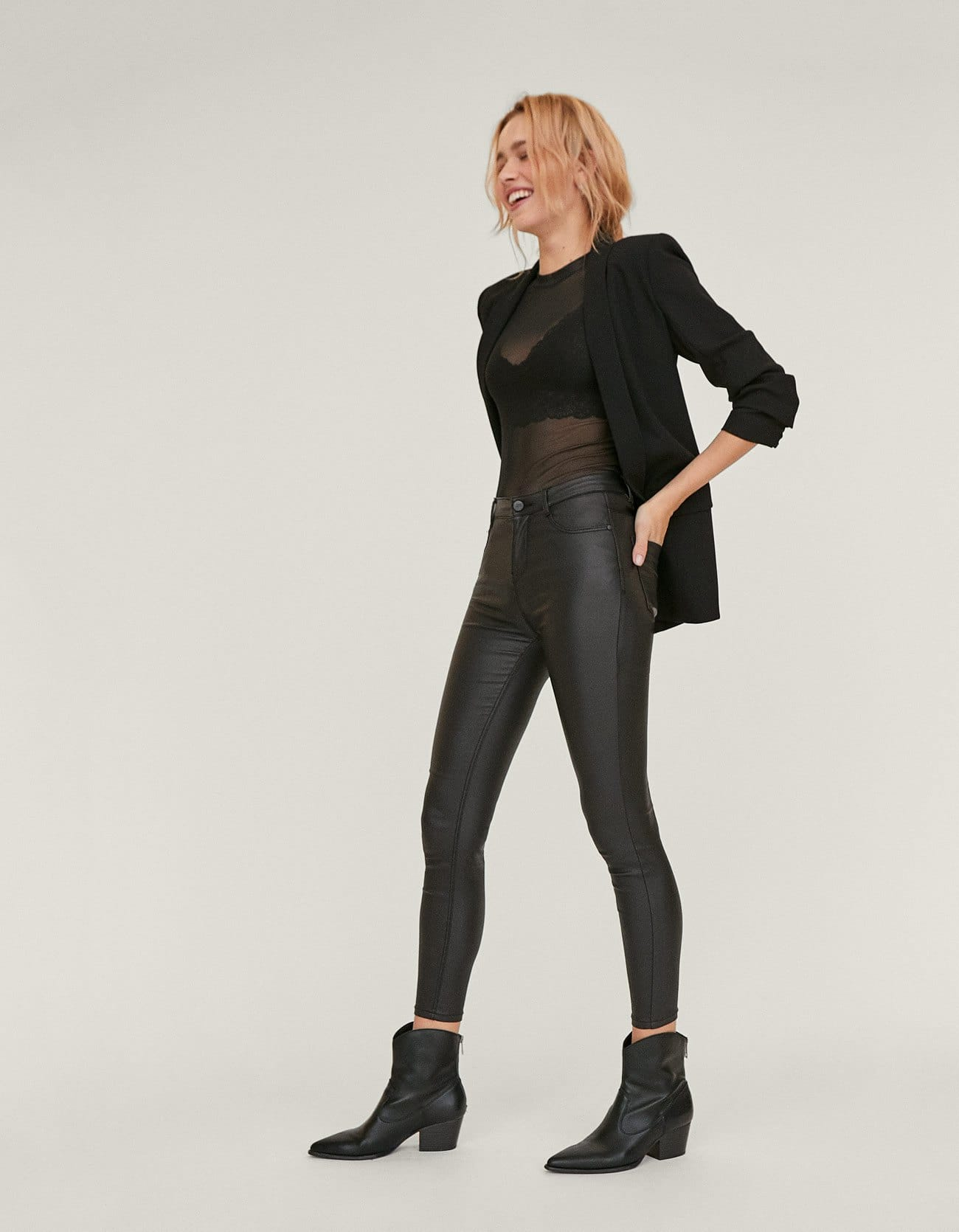 Pantaloni effetto pelle a vita alta a 19,99 euro