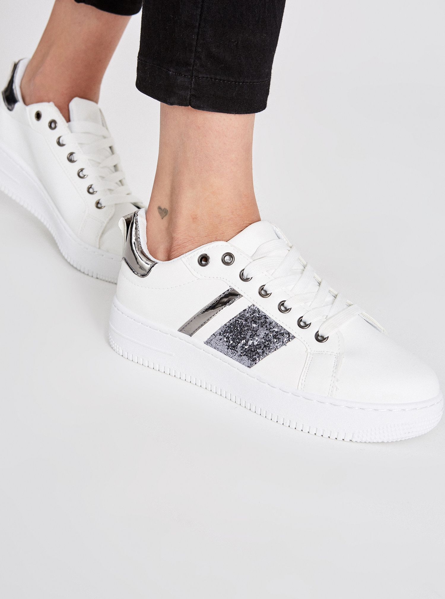 Sneakers bianche e argento a 19,95 euro