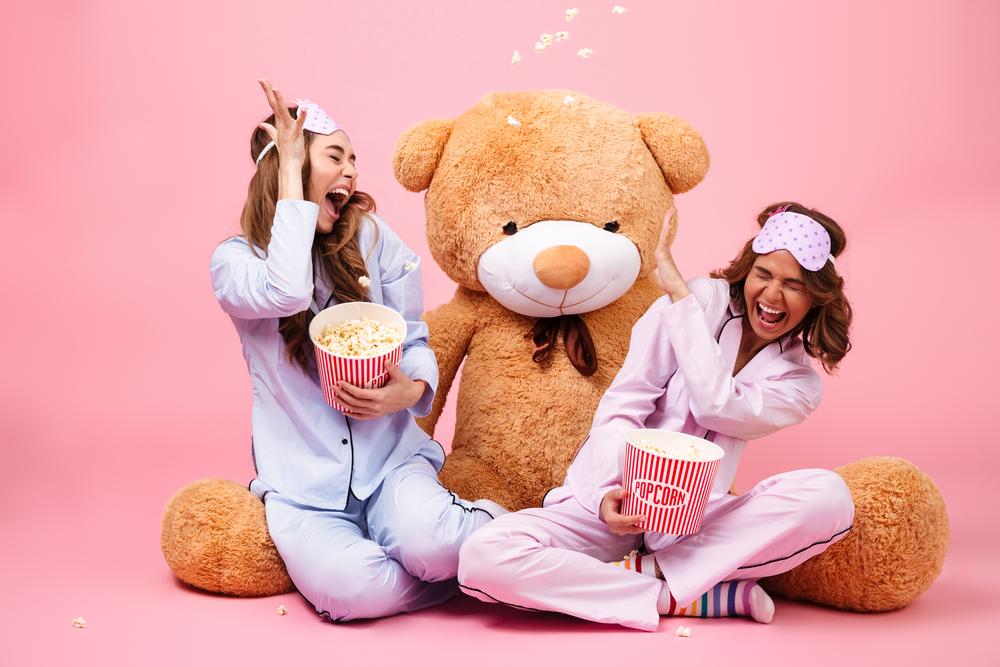 ragazze con popcorn pronte a scegliere la serie tv da vedere