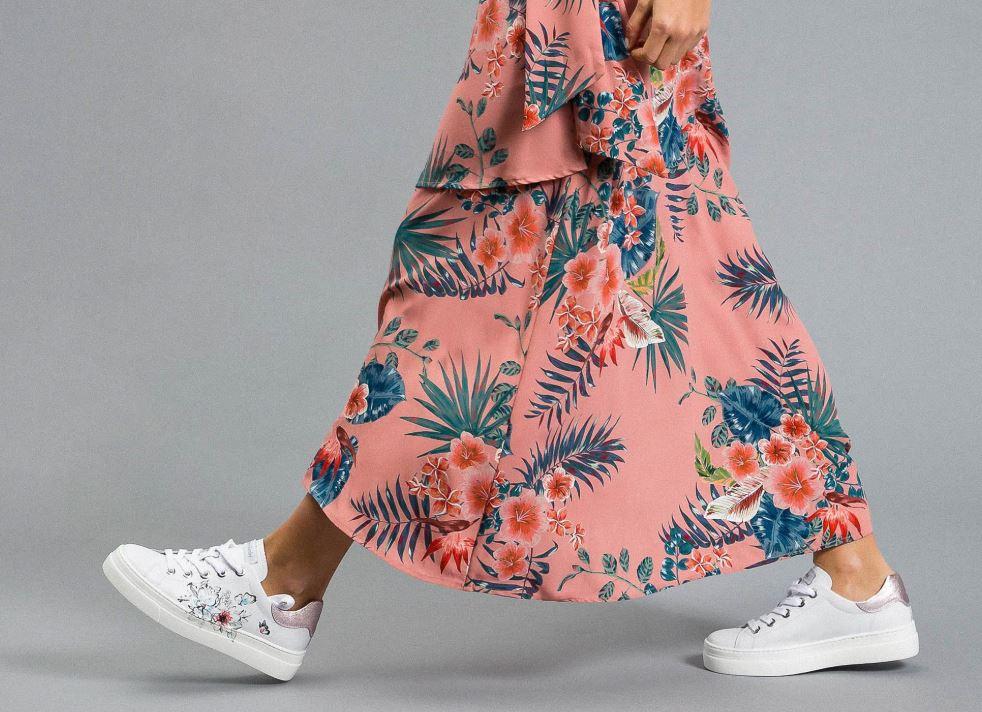 Scarpa bianca con motivo floreale, ideale per il giorno