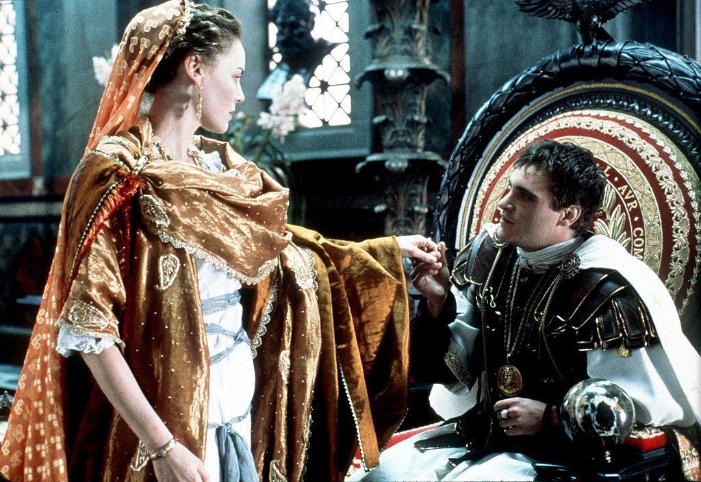 Joaquin Phoenix veste i panni dell'Imperatore Commodo nel film Il Gladiatore del 2000