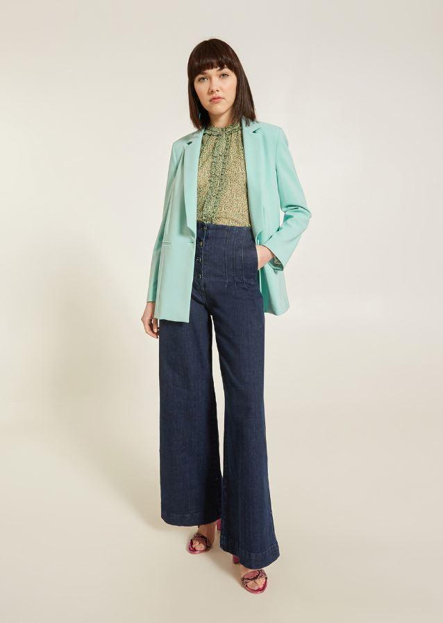 Giacca monopetto con pantalone denim palazzo e camicia leggera