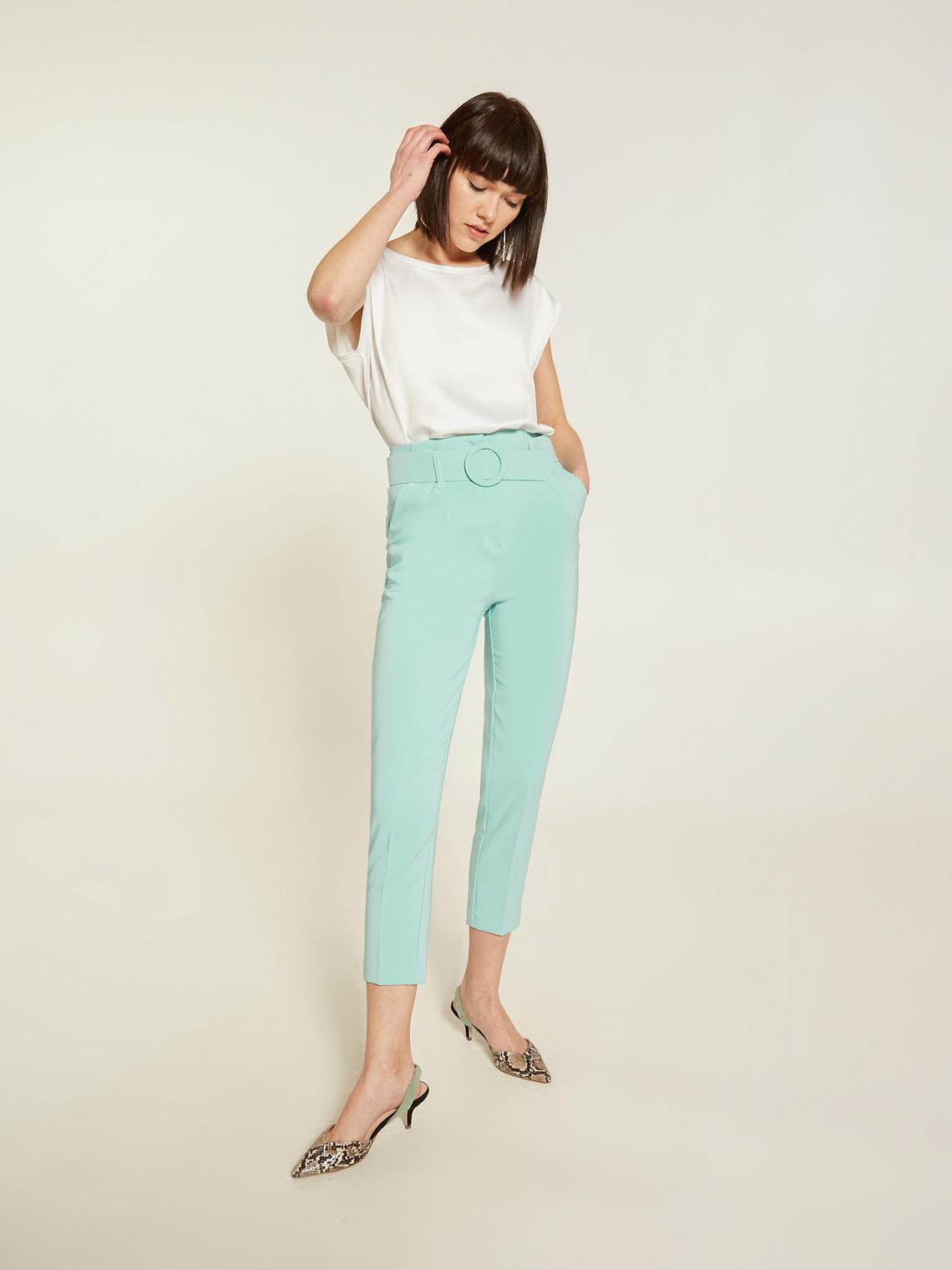 Pantaloni a vita alta color pastello e maglietta a maniche corte basic
